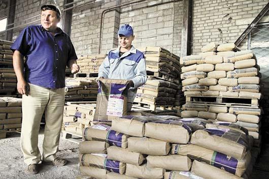 Директор ОАО «Парад-НПО» Дмитрий Гваев и оператор смесительного агрегата Иван Казакевич