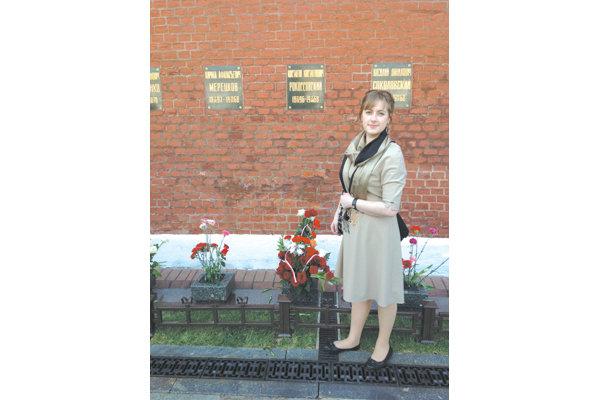 Ариадна Рокоссовская около кремлевской стены, где похоронен Маршал Советского Союза